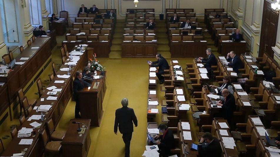 Babišova stará hlasovací koalice zafungovala. S komunisty a Okamurou zablokovala Novičok