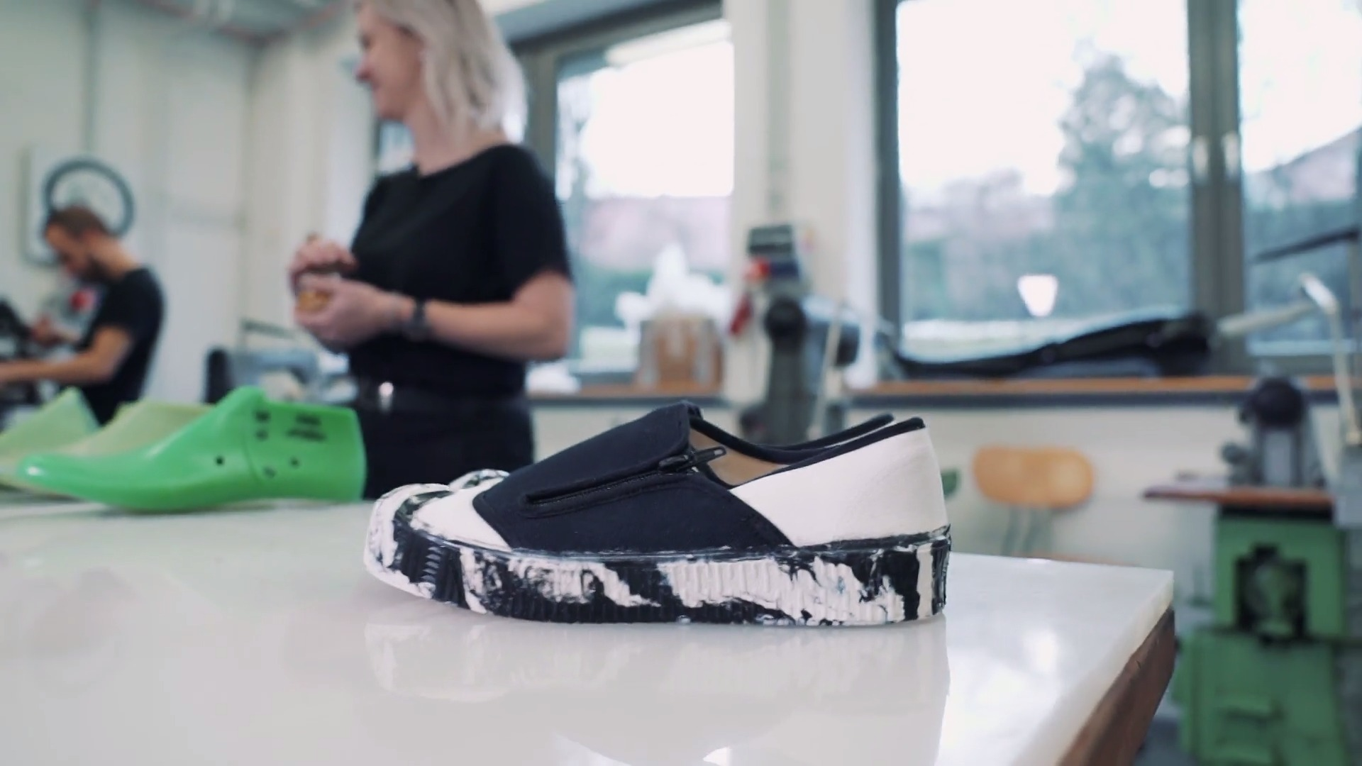 Obuli byste boty z roku 1955? Mladá designérka dokazuje, že zlínská tradice může dělat parádu i dnes