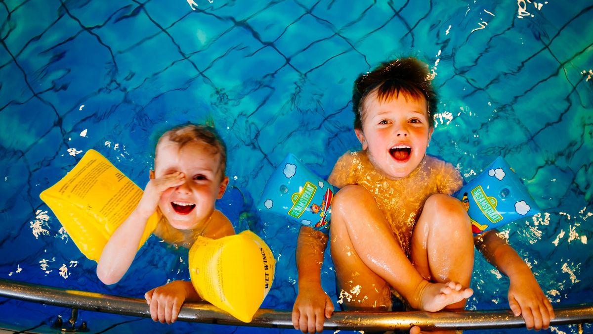 Plavat lze naučit i úplně malé děti. Podívejte se, jak na to