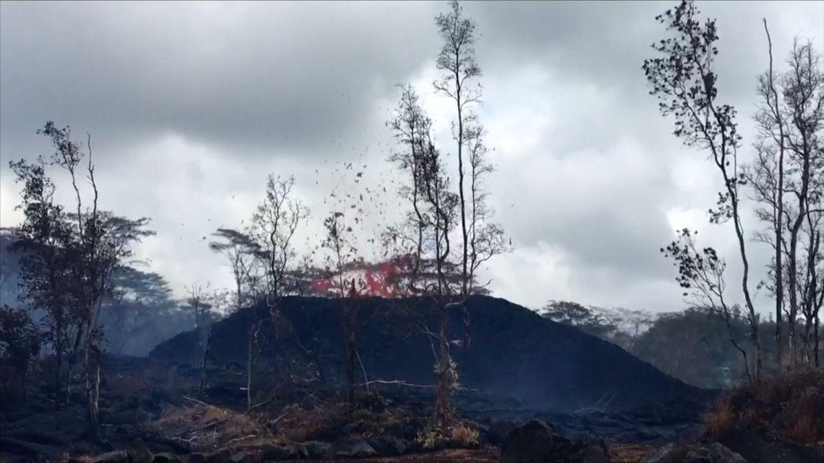 Havajská sopka stále chrlí lávu a kameny. Nikdo neví, kdy se uklidní