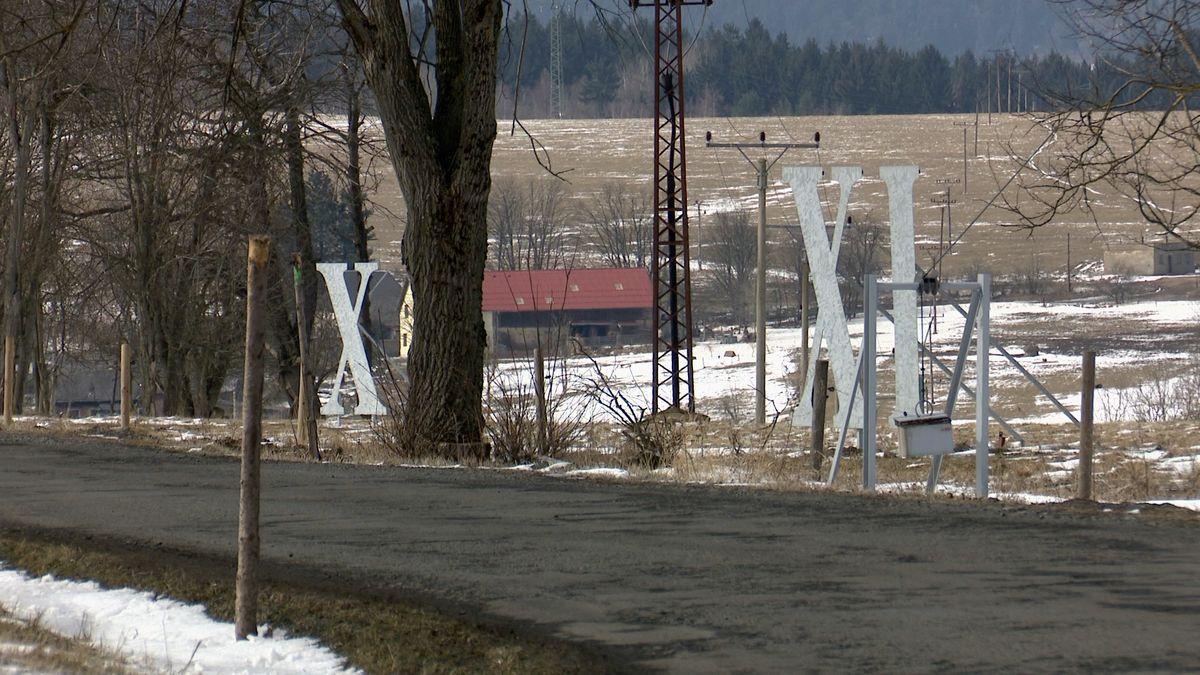 """U Plzně postavili největší sluneční hodiny světa. """"Rafičkou"""" je téměř 350 metrů vysoký vysílač"""