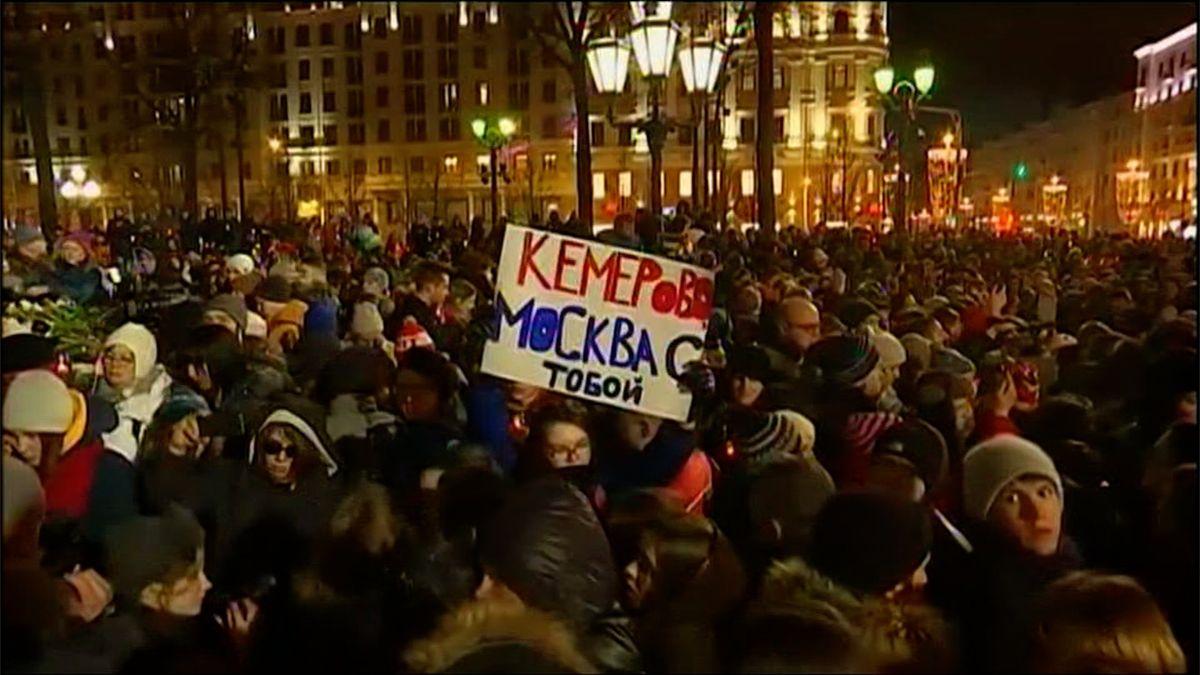 Putine, rezignuj! Pietní akce za oběti požáru se v Rusku proměnila v demonstraci