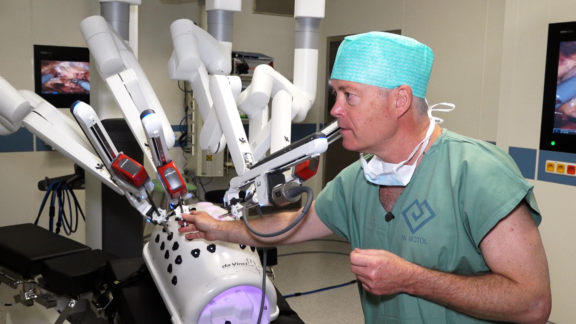 V Motole nahradil chirurgovy ruce robot. Podívejte se, jak funguje