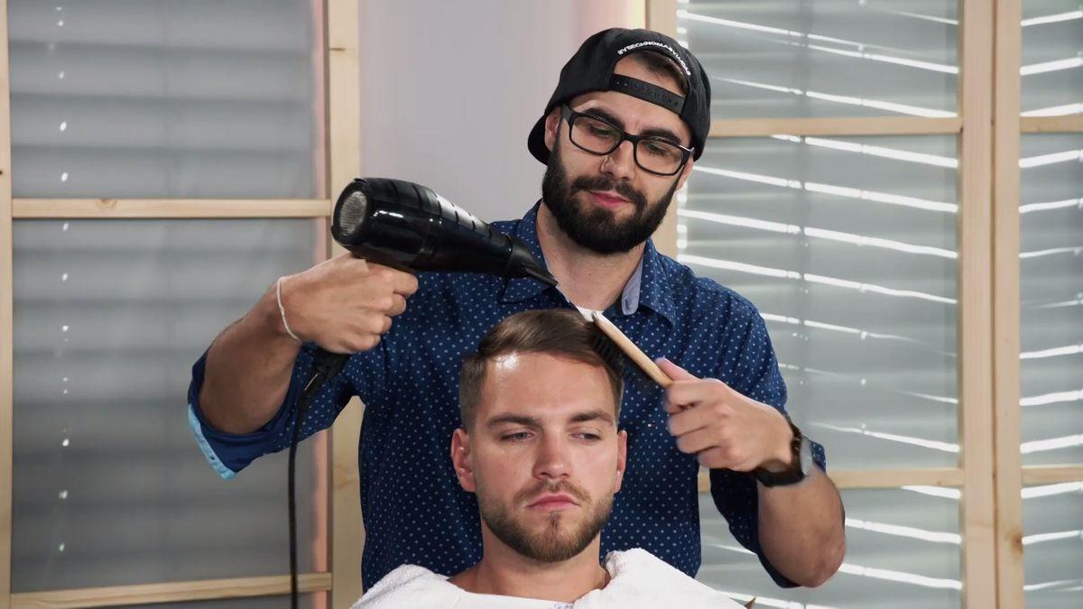 Holení břitvou a opalování uší, po Česku rostou barbershopy