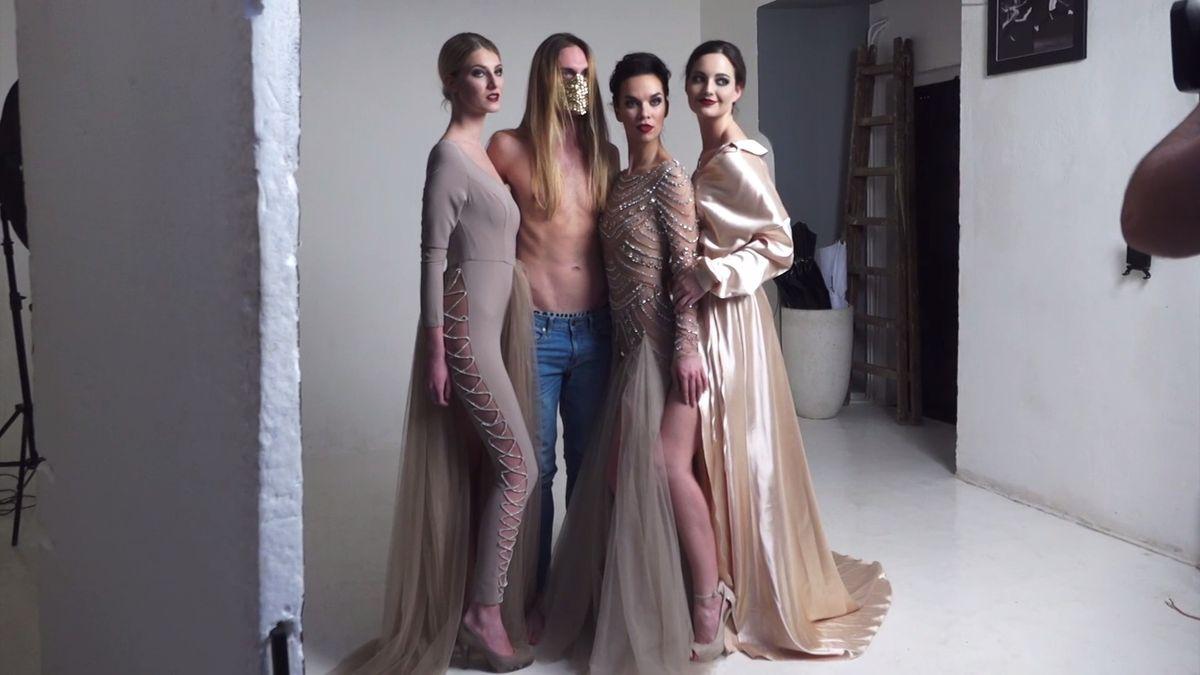 Debbie Brown: Kolekce šatů Mystery Me je hodně vyzývavá