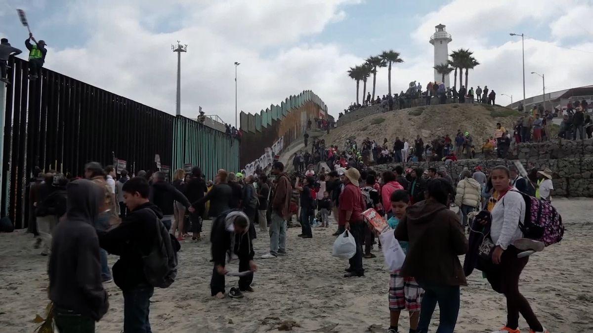 """Měsíc na cestě za americkým snem. """"Trumpova"""" karavana uprchlíků uvázla na hranici s USA"""