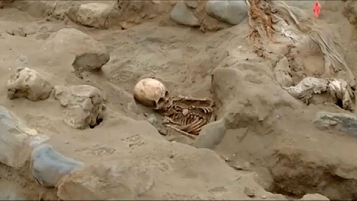 Masový hrob skrýval ostatky 56 dětských obětí. Kněží jim vyjmuli srdce