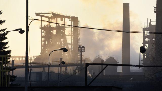 Otazníky nad zachráncem ostravských hutí. Nový vlastník ArcelorMittalu využívá alternativní finančníky
