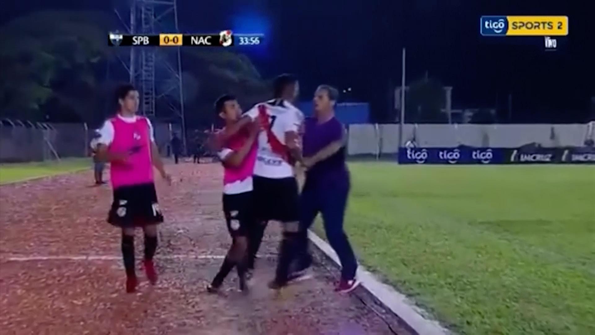 Video: Fotbalista nechtěl střídat, ve vzteku napadl svého trenéra