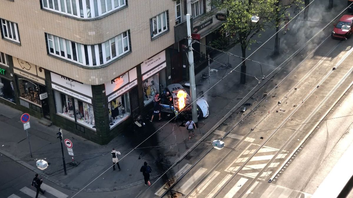 VIDEO: Vážná nehoda v centru Prahy. Policejní auto vjelo na chodník a začalo hořet