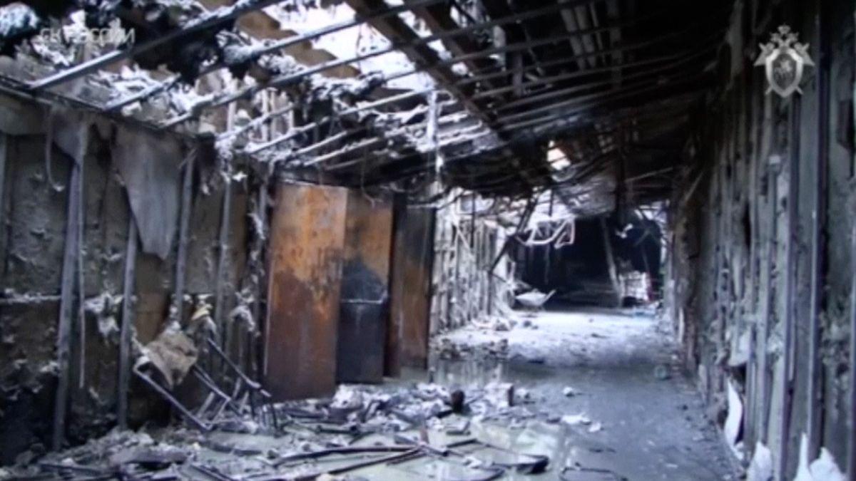 Záběry vyšetřovatelů ukazují zkázu obchodního centra. Oběti neměly šanci uniknout ohnivému peklu
