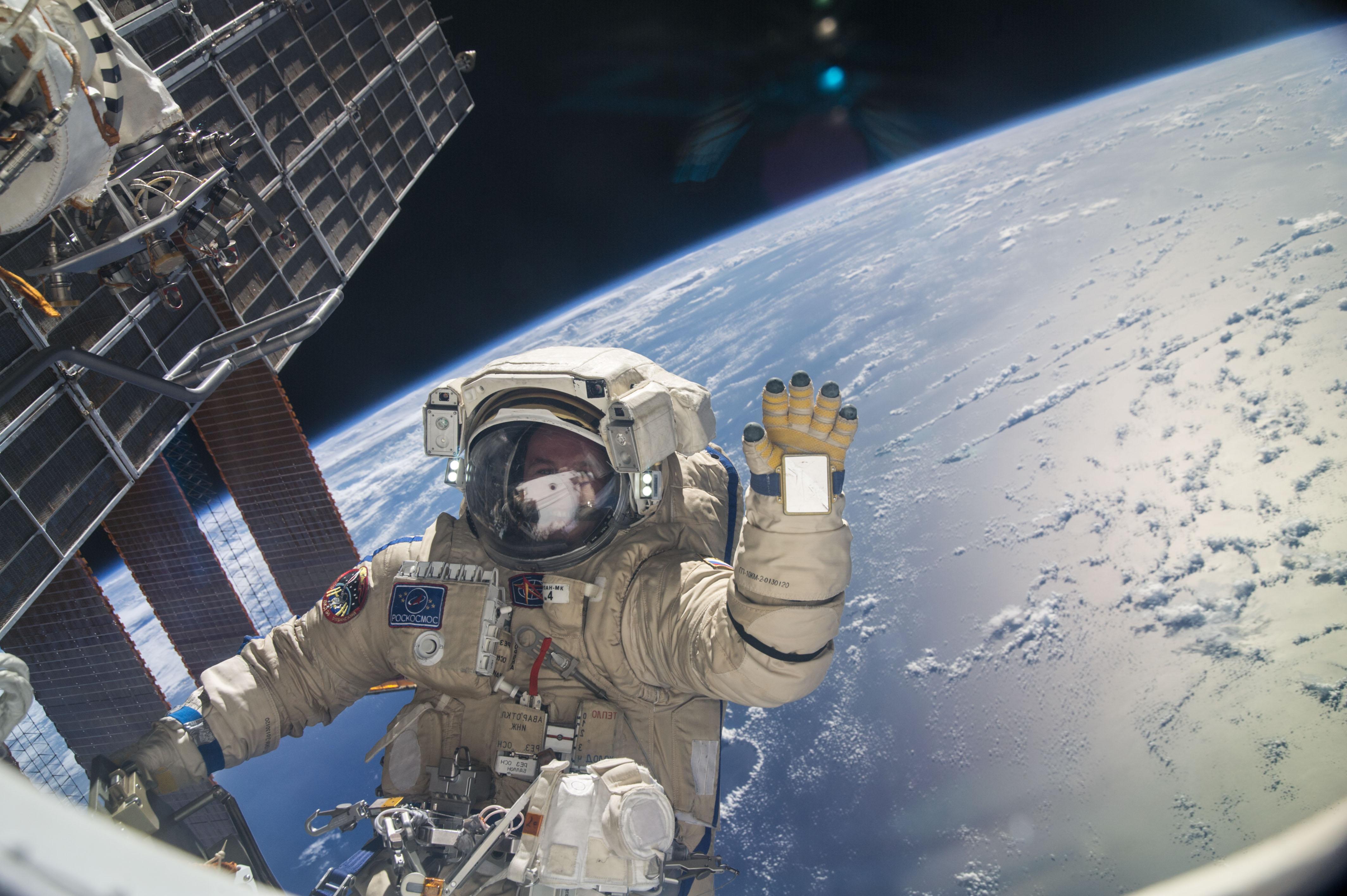 Dva astronauti vystoupili z ISS na šestihodinovou vesmírnou procházku do volného vesmíru
