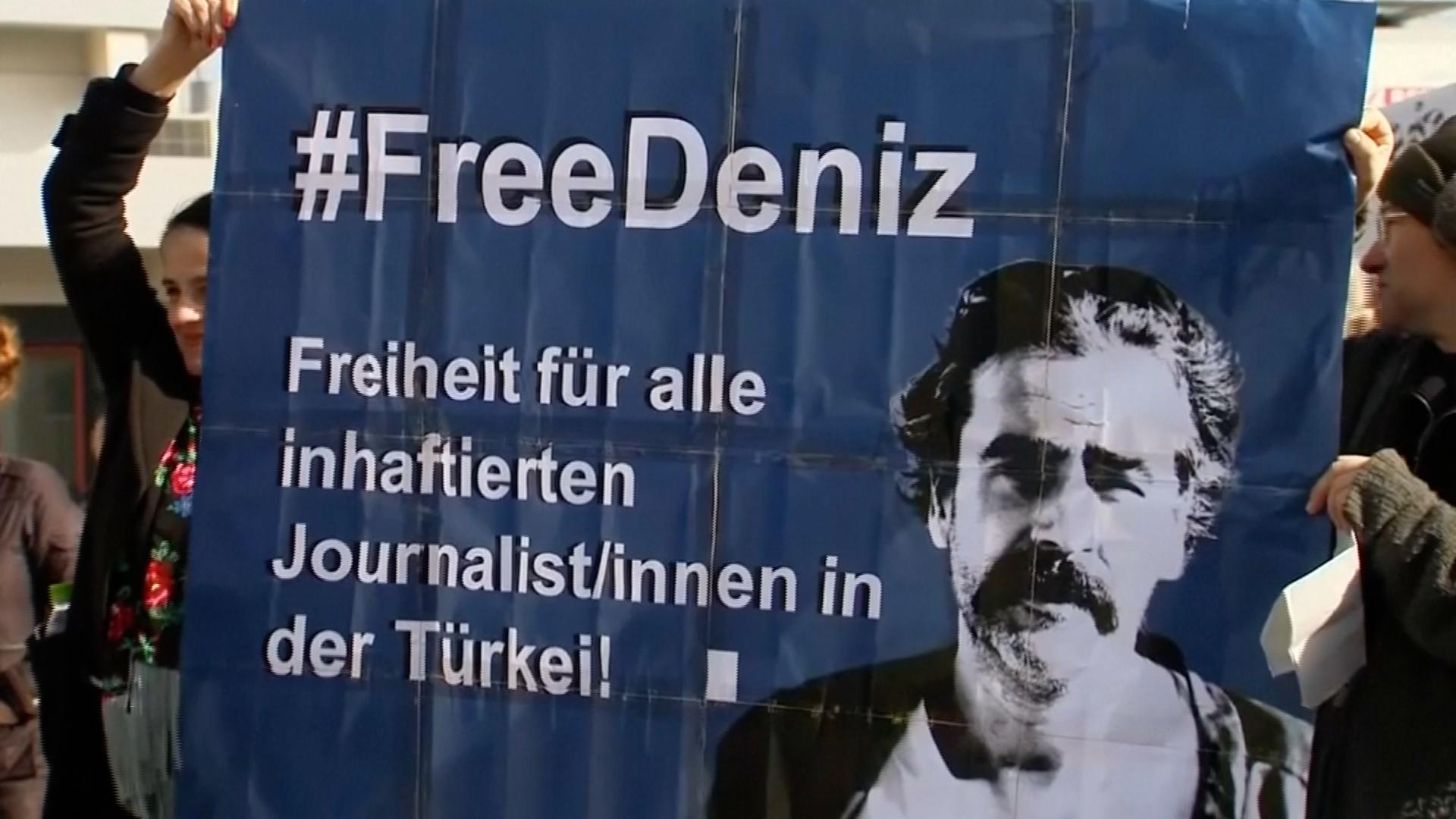 Německý novinář Deniz Yücel byl po roce propuštěn z turecké vazby