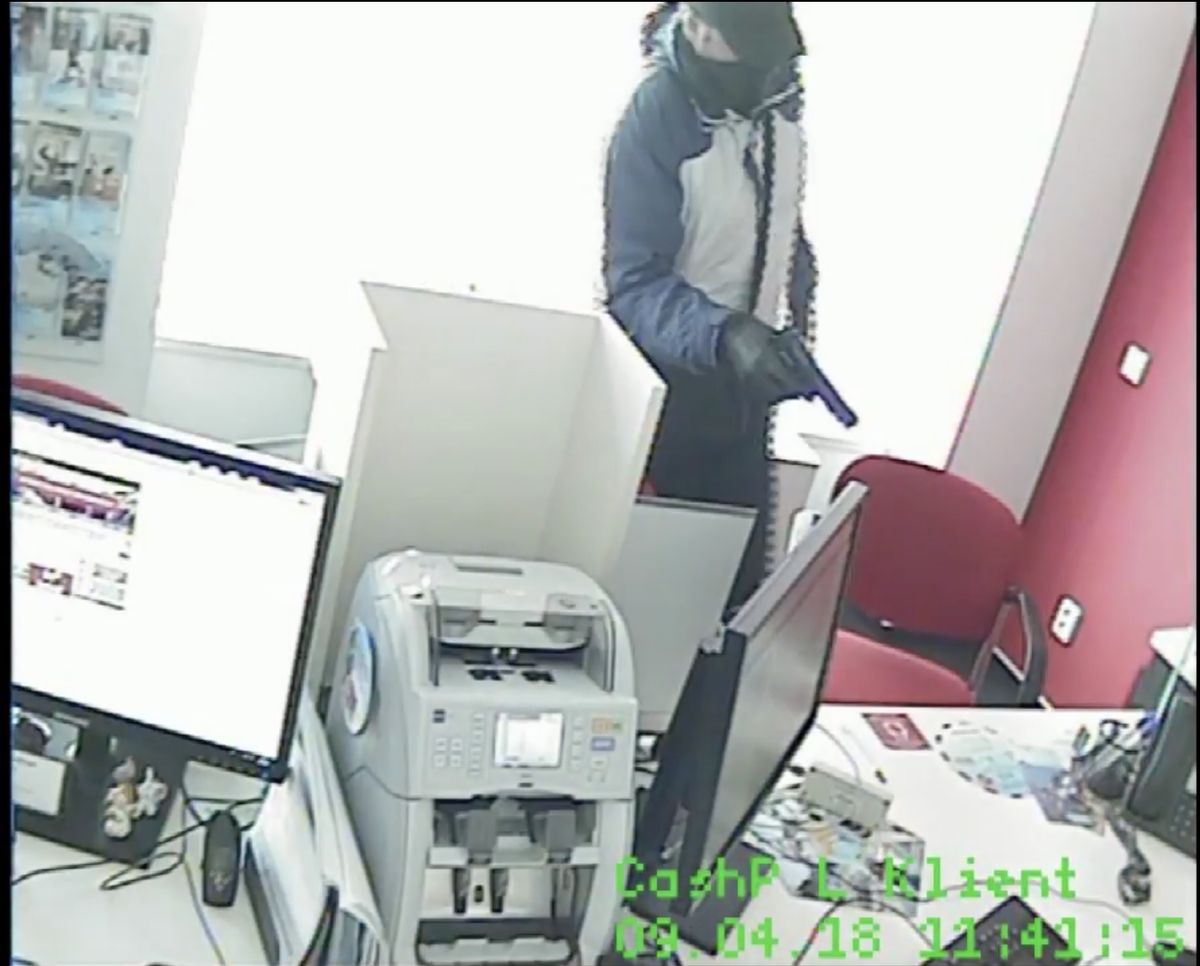 Policejní video: Maskovaný lupič přepadl banku v centru města, úřednici hrozil pistolí