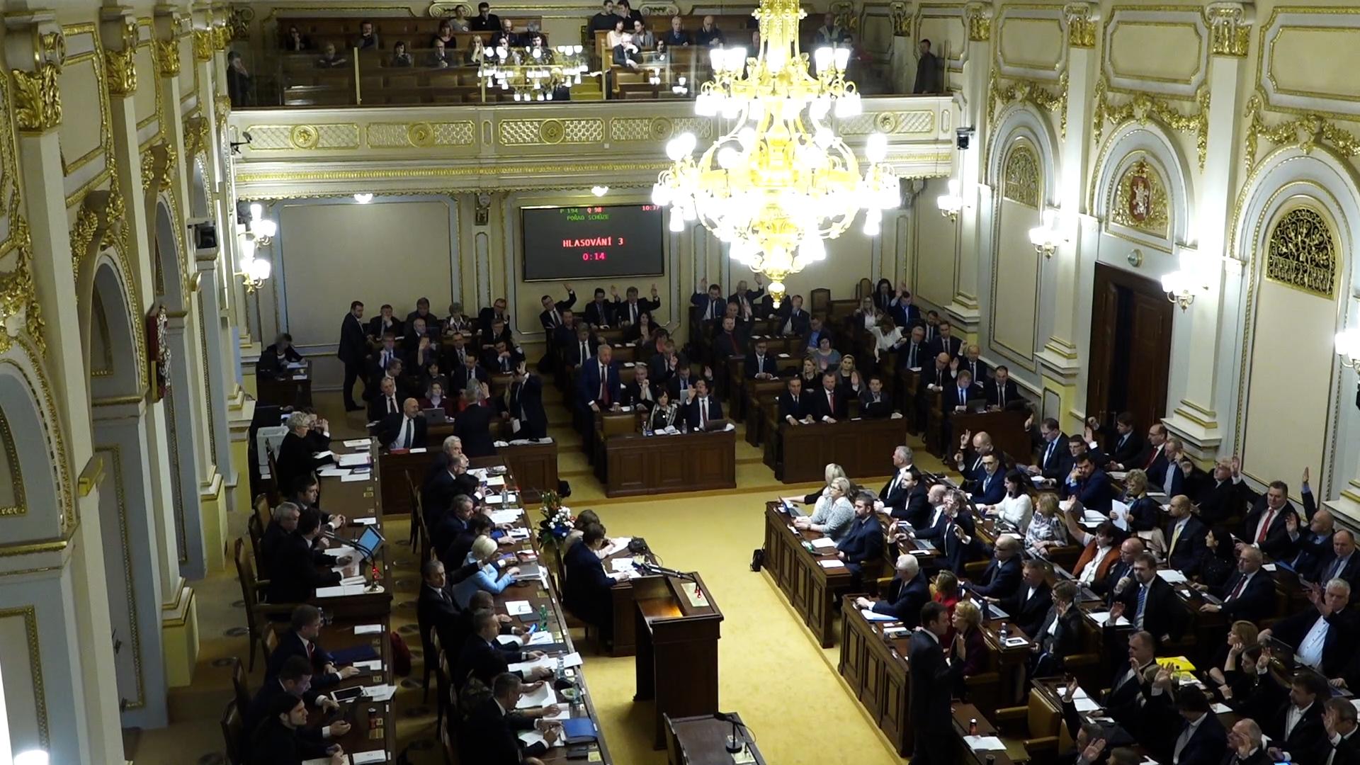 Poslanci volí náhradníka za komunistu Ondráčka. Může to skončit bez úspěchu