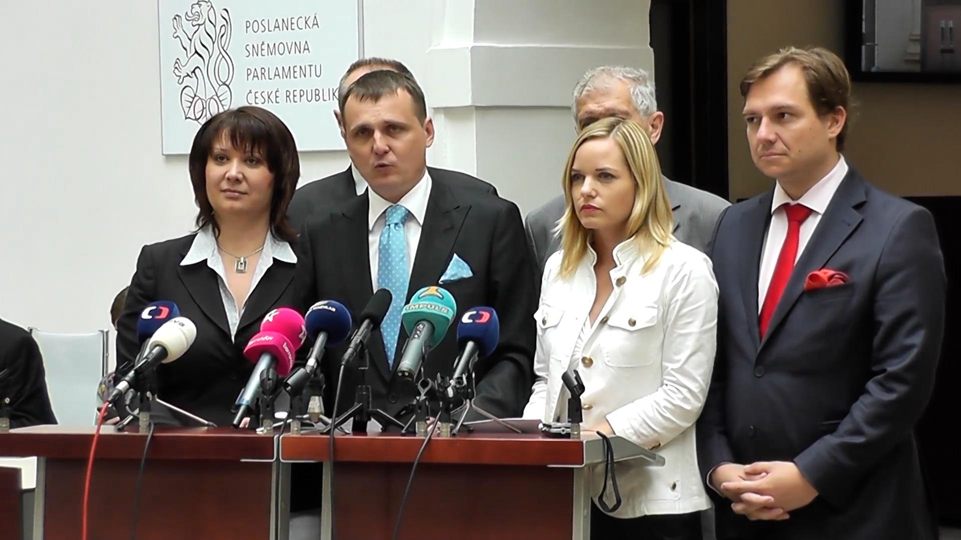 Vládní strana s pěti ministry brala finance z daňových podvodů s naftou
