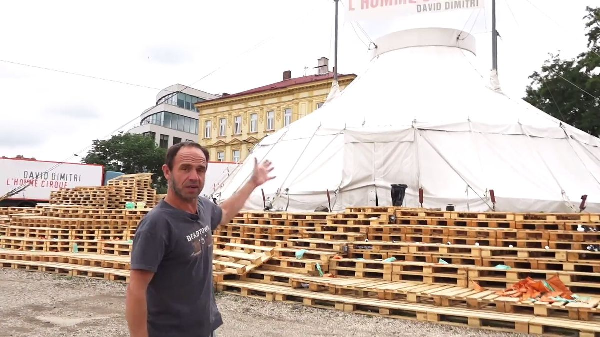 Dobrodružný svět bratří Formanů na pražské náplavce. Petr Forman nám ukázal cirkusové stany i svou loď