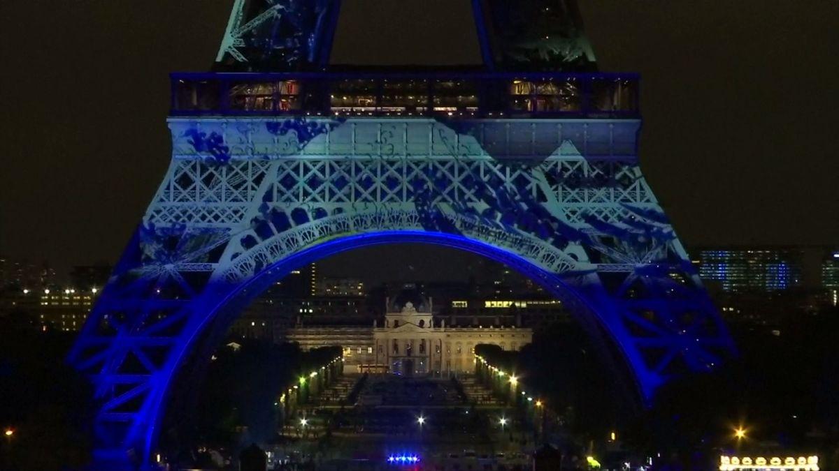 Francie slaví 160 let diplomatických vztahů s Japonskem. Eiffelovu věž ozdobily japonské motivy