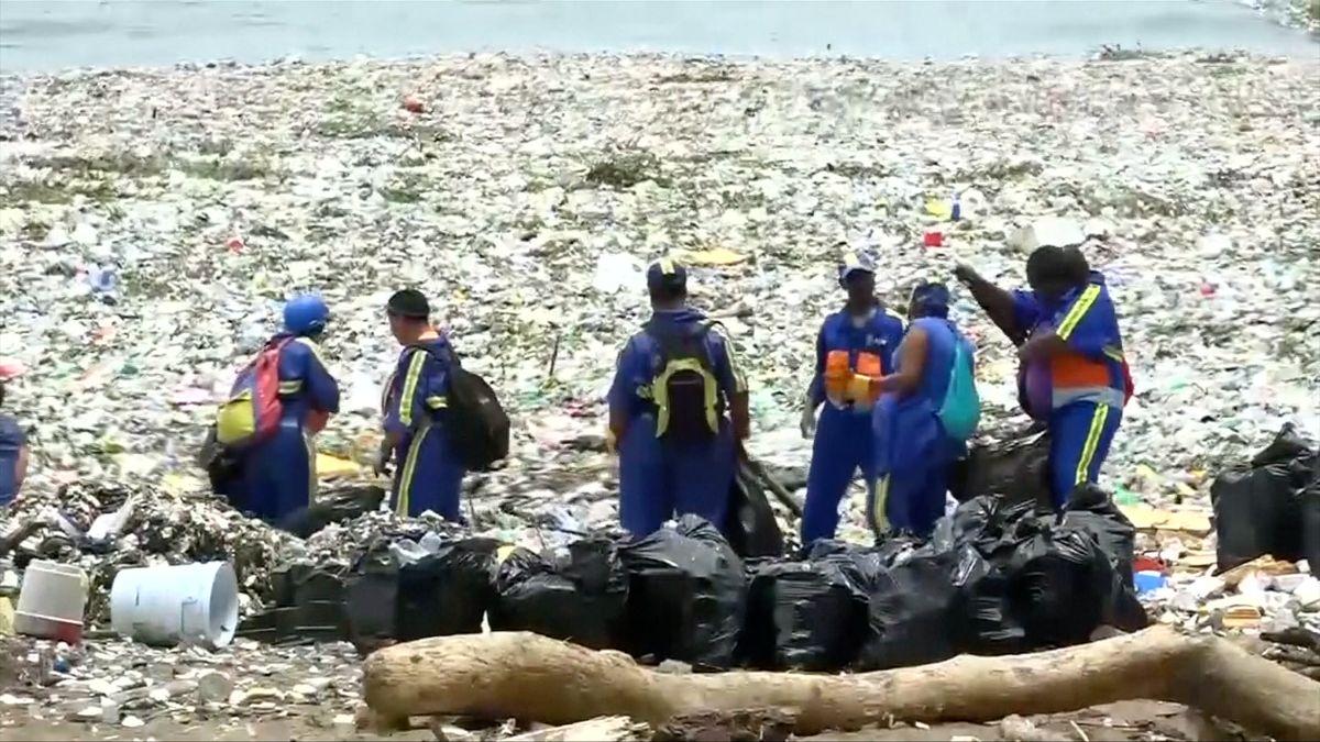 Pobřeží Dominikánské republiky zamořil plast, s úklidem pomáhají dobrovolníci i námořnictvo