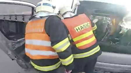 Očima hasiče. Záchrana těžce zraněného řidiče na dálniciD1