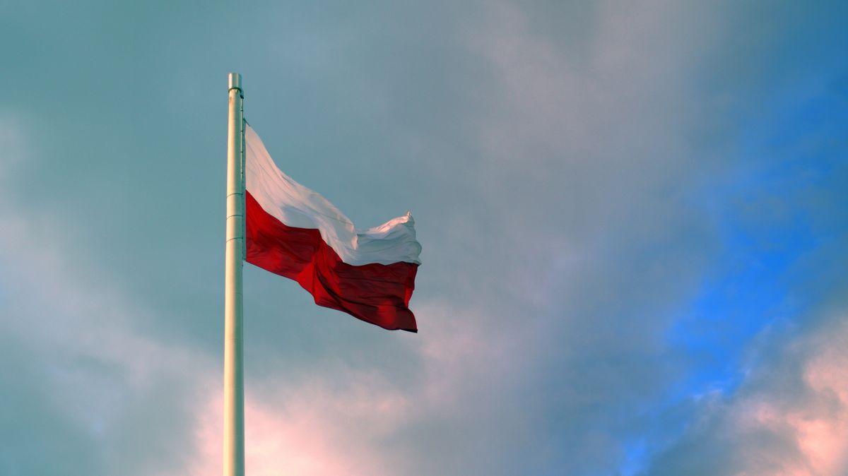 V Polsku zemřel tříletý chlapec, při hře na schovávanou se zavřel do pračky