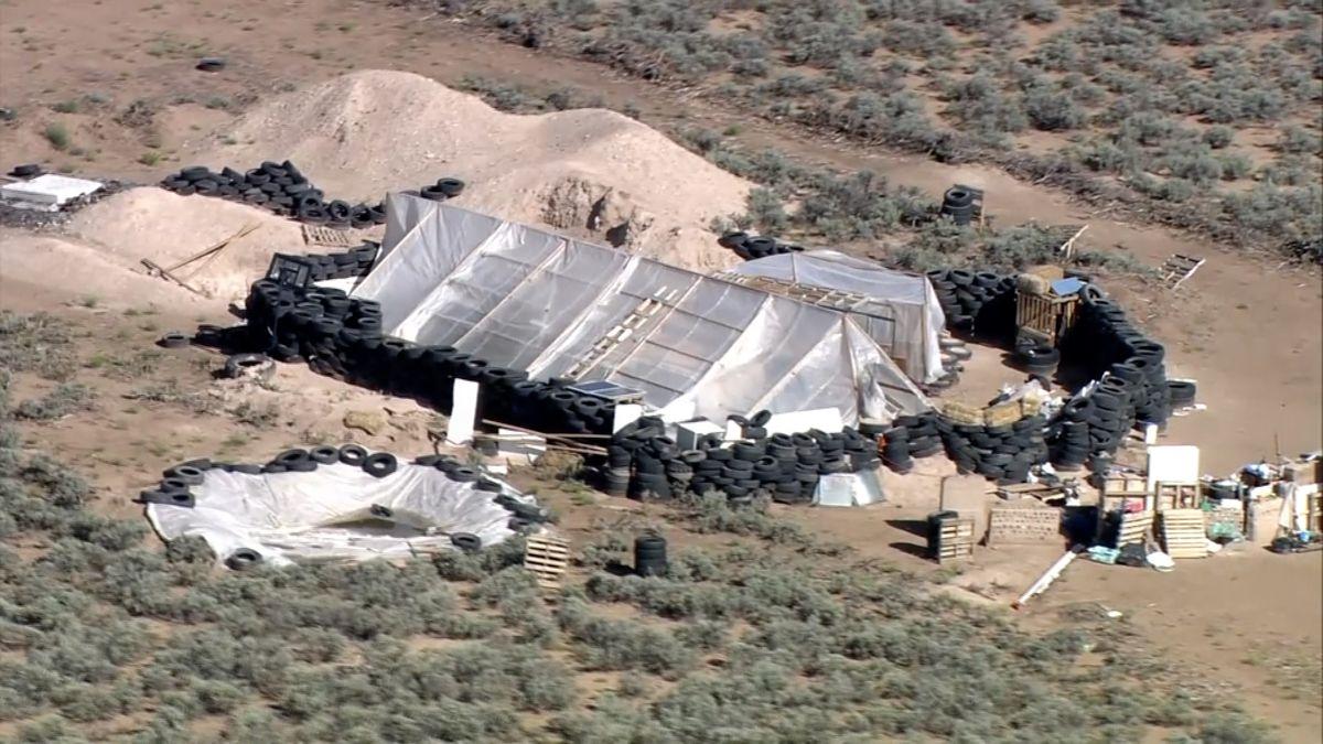 Muži, kteří drželi v poušti 11 dětí, je trénovali ke střelbě ve škole