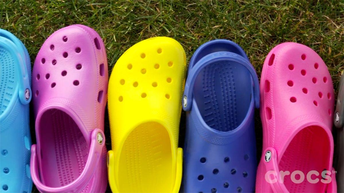 Lidé na Twitteru oplakali konec výroby kontroverzních Crocs. Společnost poté uvedla situaci na pravou míru