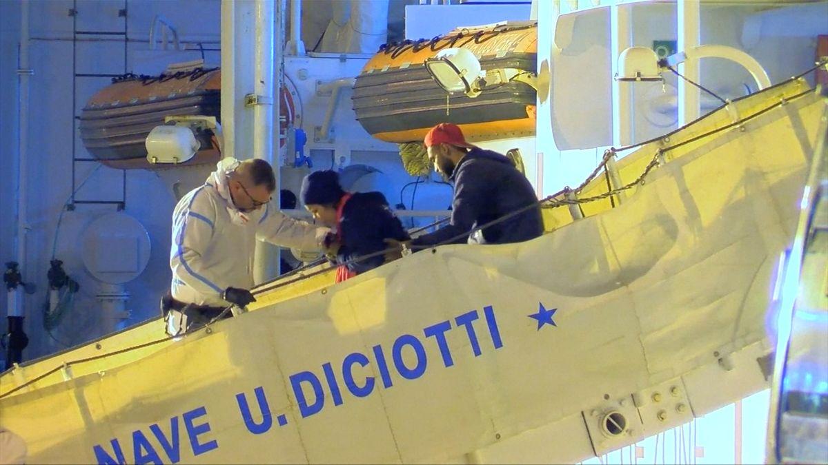 Itálie umožní lodi s migranty vystoupit na Sicílii, 250 z nich si rozdělí pět zemí EU