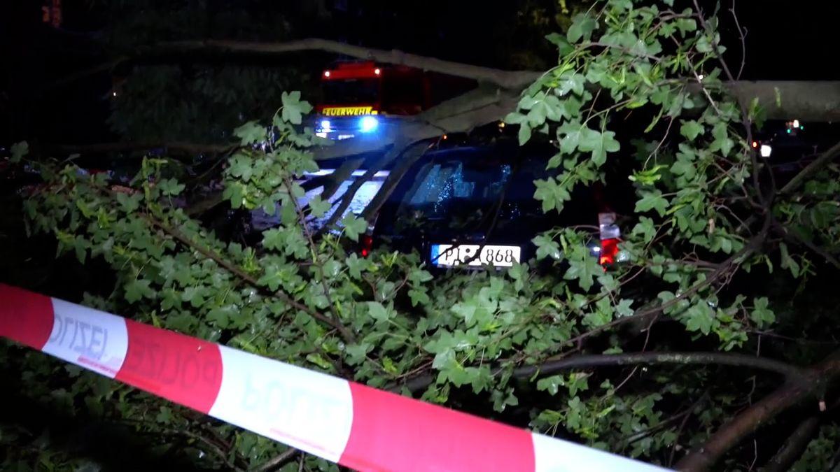 Sever Německa zasáhla silná bouře, způsobila problémy v dopravě a několik lidí bylo zraněno
