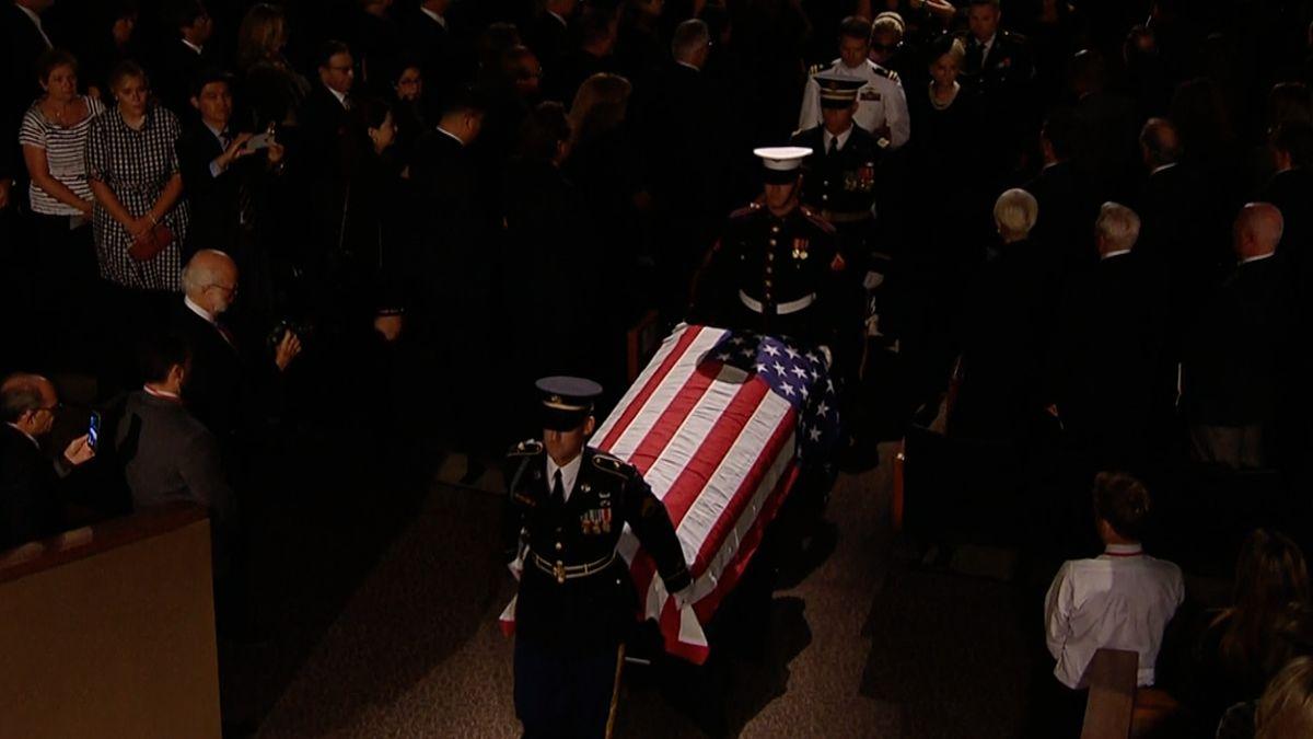 Arizona se rozloučila se zesnulým Johnem McCainem, senátora vyprovodily tisíce lidí