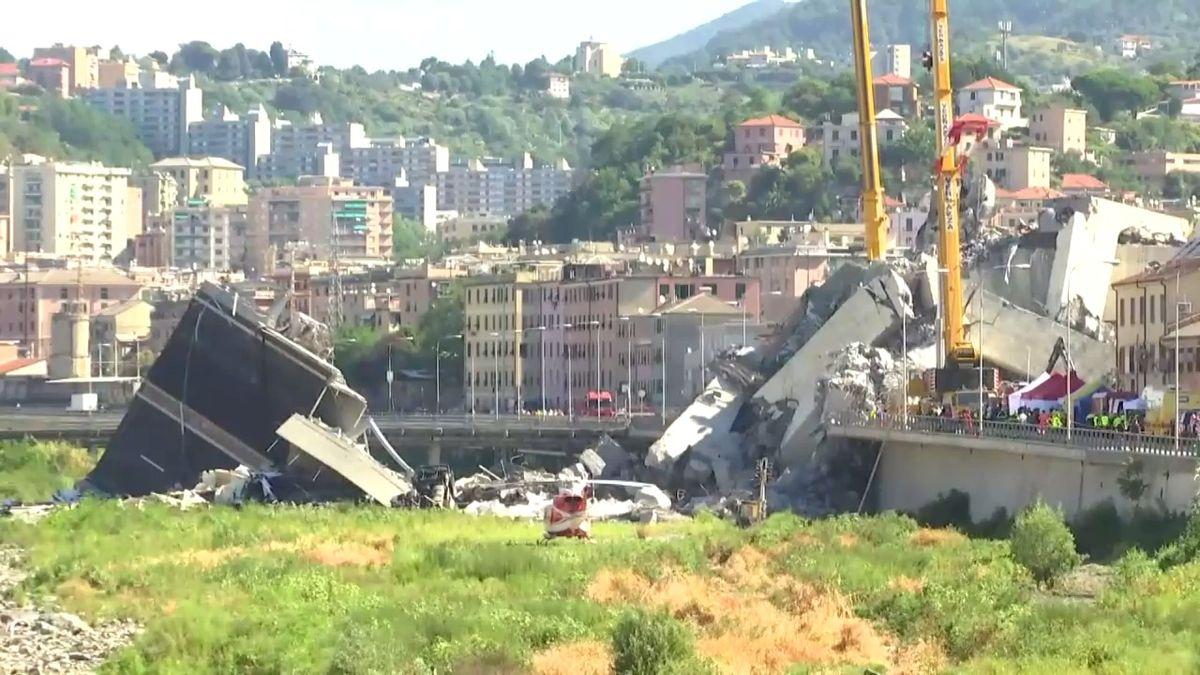 Online: Záchranáři rozebírají trosky mostu, slyší hlasy. Počet obětí roste, už jich je 42