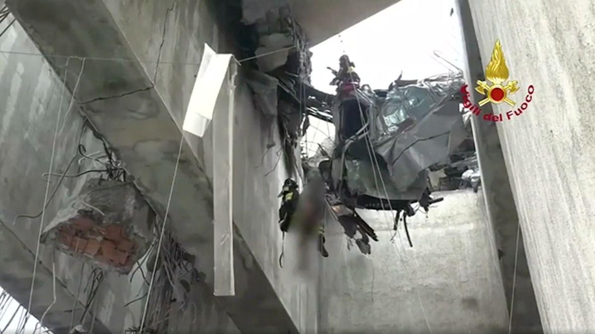 Prakticky nejhorší je práce záchranářů na lanech, říká hasič k pádu mostu v Janově