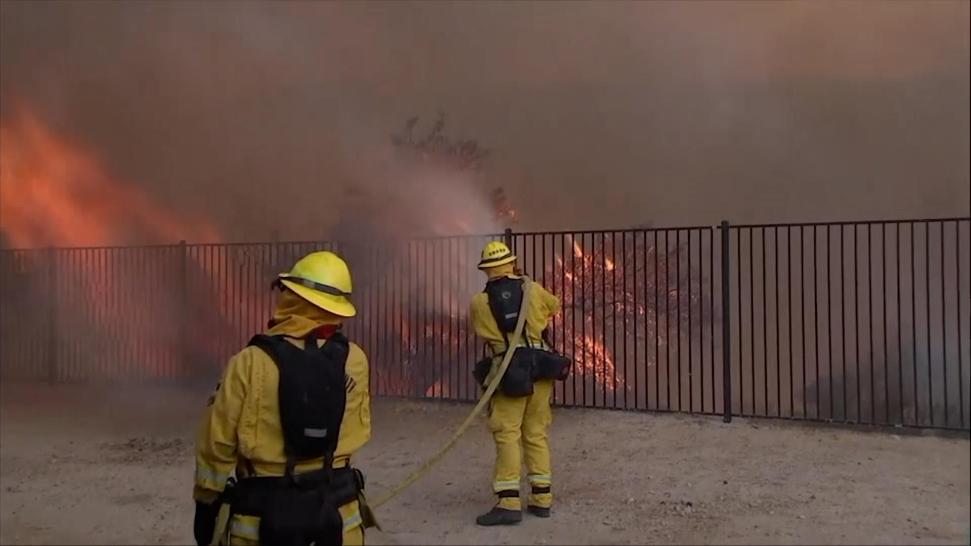 Hasiči v Kalifornii dostávají požár pod kontrolu