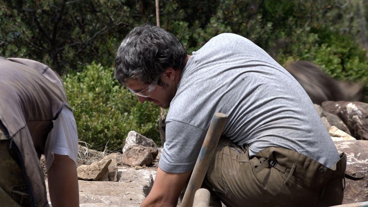 Chodníky v Krkonoších se opravují jako před sto lety. Těžké kameny je potřeba do země dostat ručně