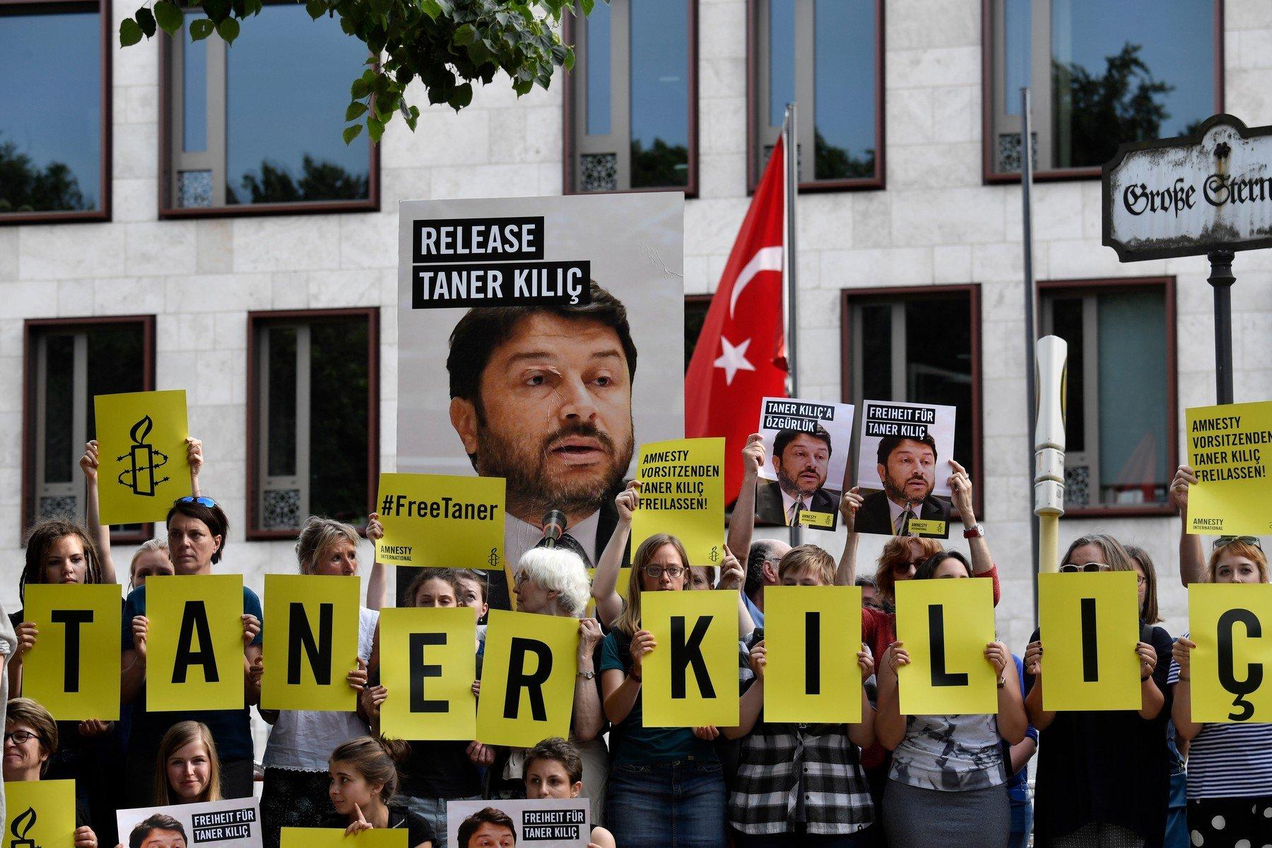 Turecký soud rozhodl o ukončení vazby šéfa tamní pobočky Amnesty International