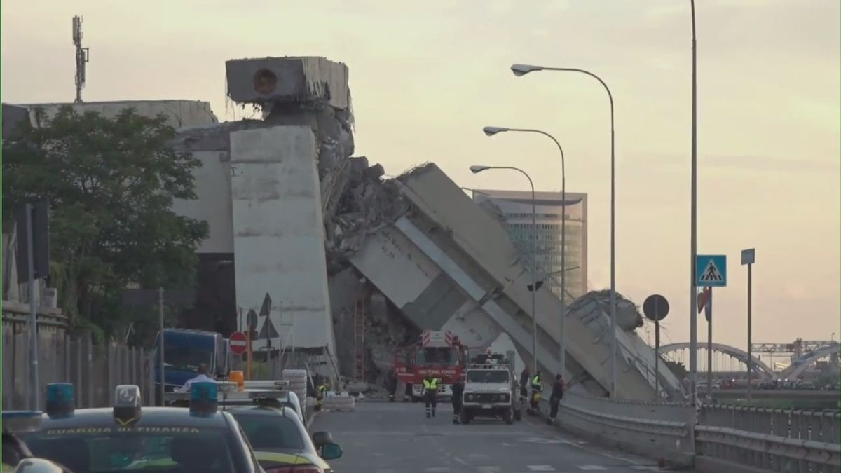 Do mostu udeřil blesk, pilíře začaly padat. Zřícení nebylo úplně nečekané