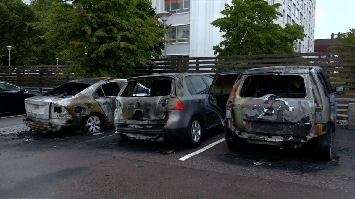 Ve městech na jihu Švédska řádily gangy mladých, poškodily až 80 aut
