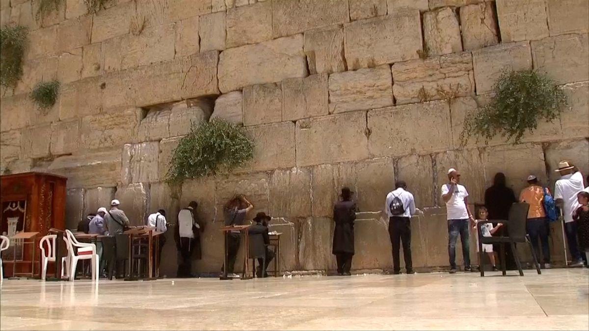 Ze Zdi nářků se vyvalil balvan, je částečně uzavřená