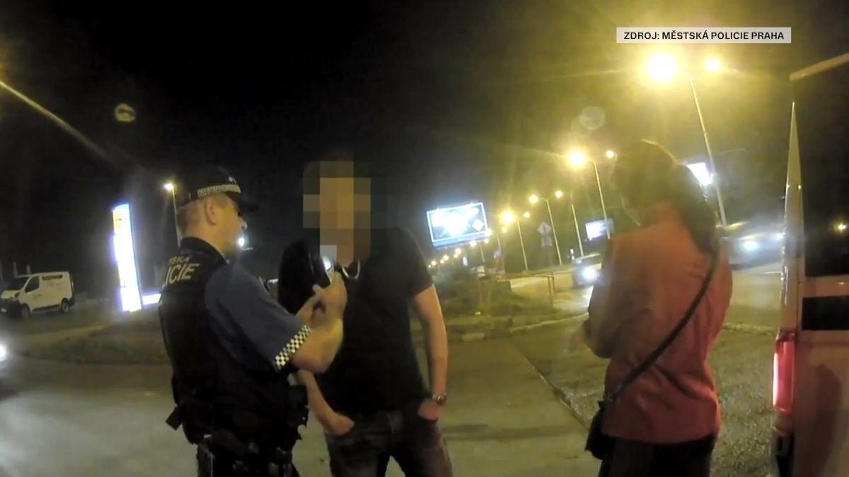 Řidič s 1,3 promile projel na červenou a málem narazil do strážníků