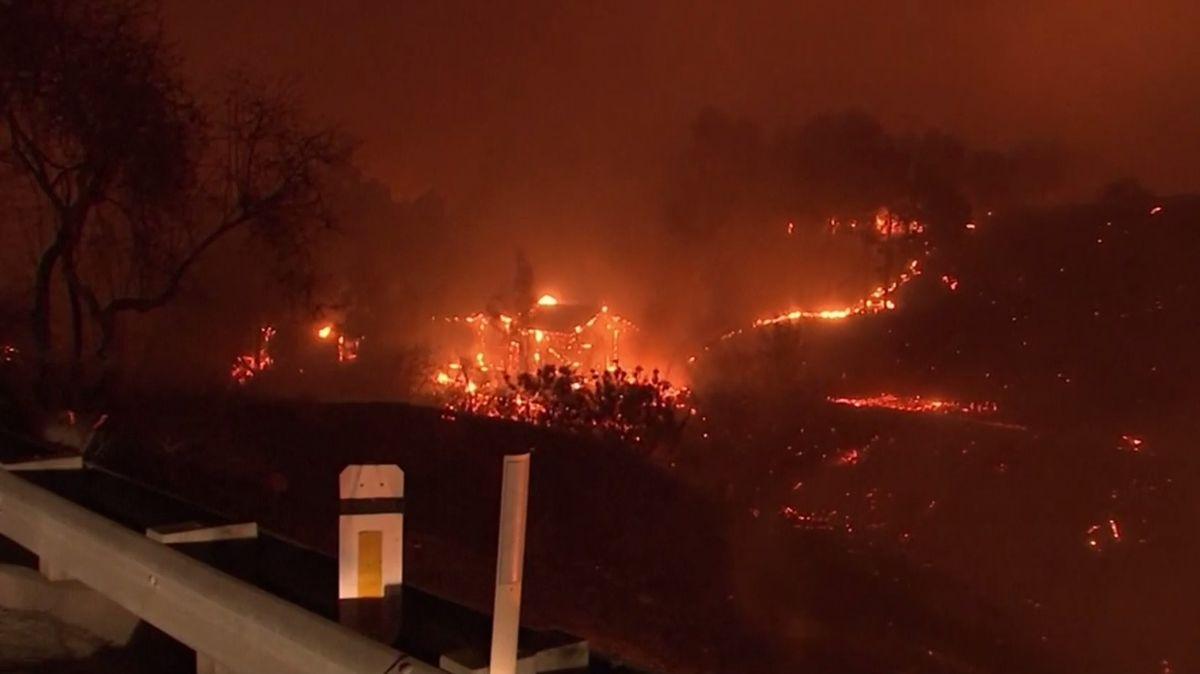 Na severu Kalifornie kvůli požárům zemřelo nejméně devět lidí, na jihu se musela evakuovat iLady Gaga