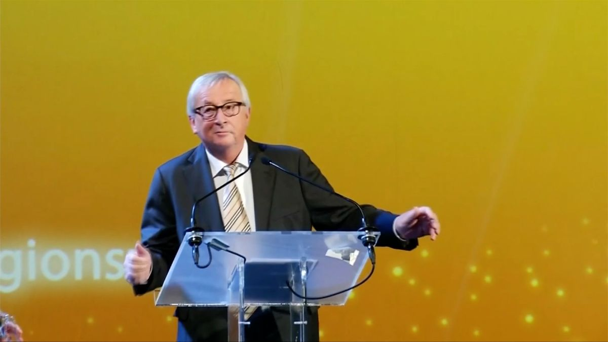 Juncker zatancoval před svým proslovem. Novináři spekulovali onarážce na tanečky Mayové