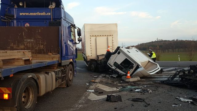 Po okraj naložená auta bourala unás ina Slovensku. Jeď a nespekuluj, slyší řidiči přetížených aut