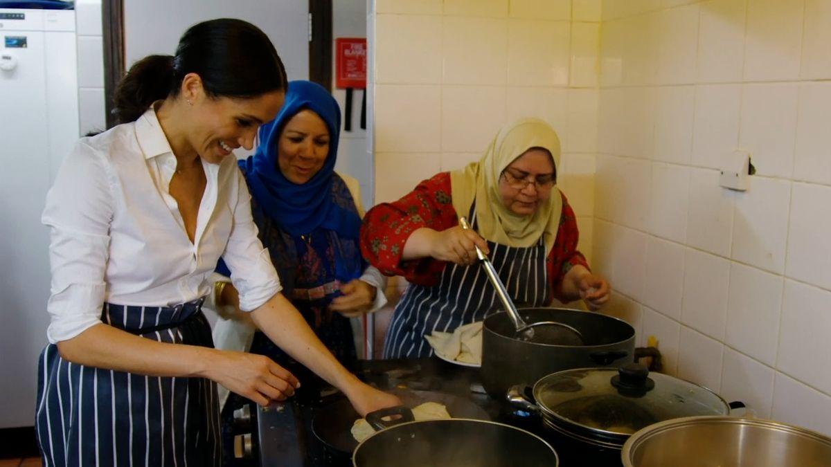 Vévodkyně Meghan představí kuchařku od přeživších tragického požáru Grenfell Tower