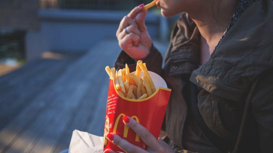 Nezdravé jídlo přispívá kprojevům deprese, tvrdí vědci