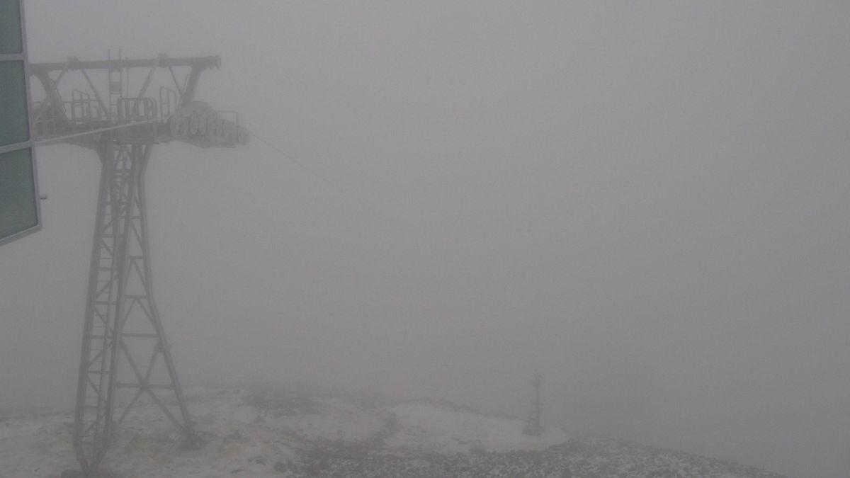 Na hřebenech Krkonoš napadl první sníh, vítr zastavil lanovku na Sněžku