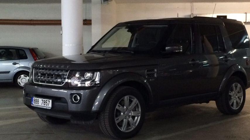 Policie vyšetří, kdo jezdil Land Roverem za dva miliony. Místo lékařů ho převzal pobočník hejtmana Haška