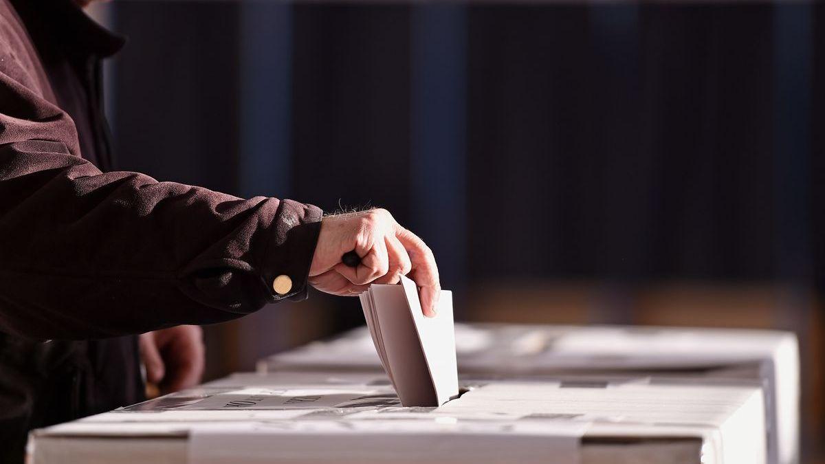 Volby vobci, kde vyhráli komunisté, byly zmanipulované. Volit měla ižena, která je 22let mrtvá