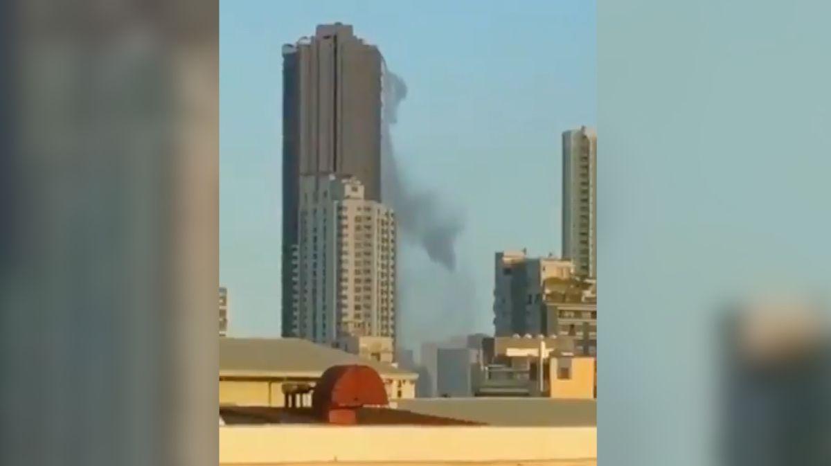 Zemětřesení na Filipínách rozkývalo mrakodrap se střešním bazénem, až se voda vylévala na ulici