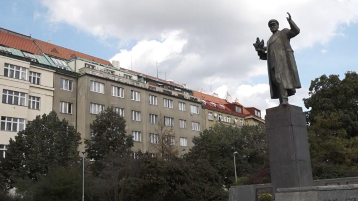 Socha Koněva sjednotila komunisty a bývalé neonacisty, píše vnitro