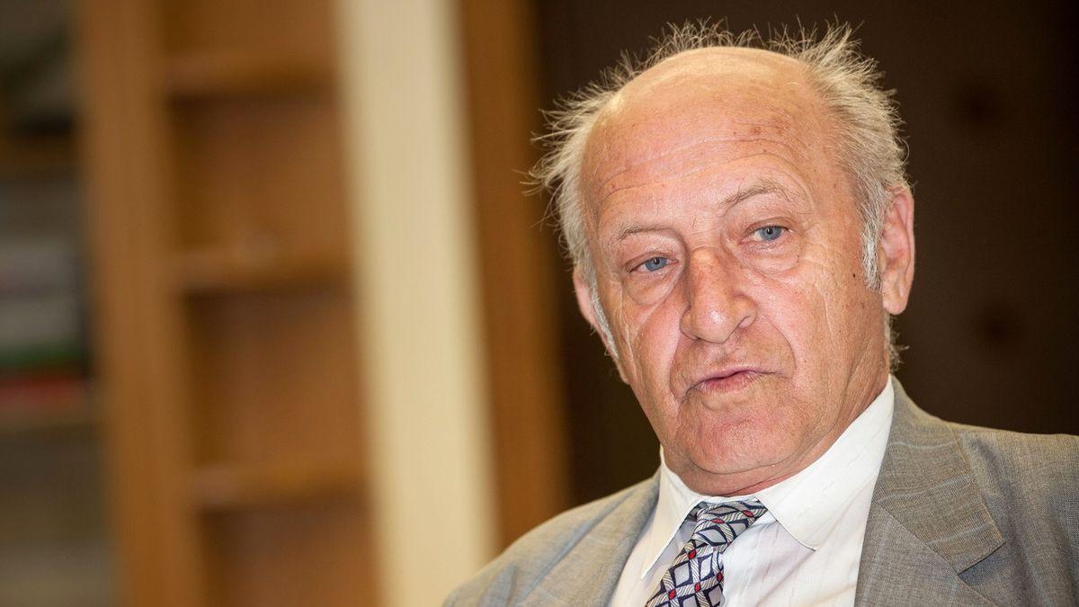 Zemřel poslední premiér federální vlády Jan Stráský